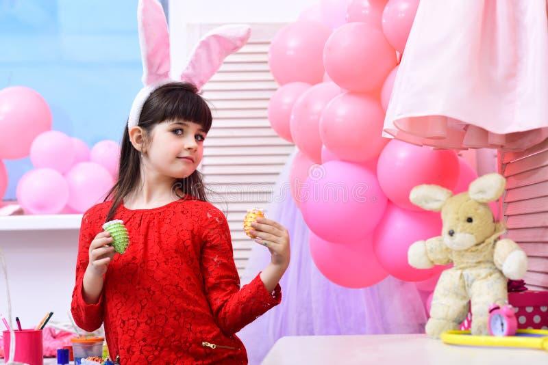 Dzieciństwo, szczęśliwy Easter, rodzina, wiosna wakacje obrazy stock