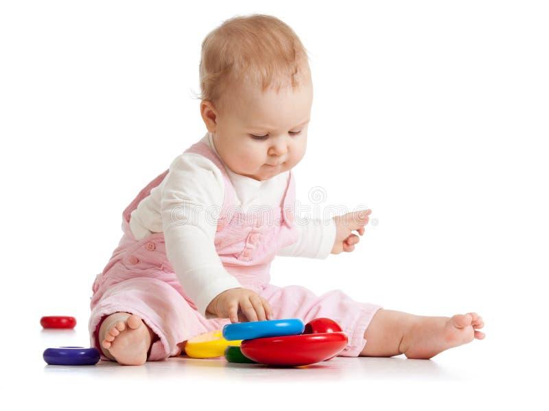 Dziecięce dziecko sztuki z edukacyjną zabawką fotografia stock