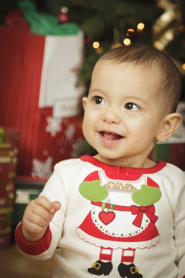 Dziecięcego dziecka Cieszy się poranek bożonarodzeniowy Blisko drzewa obrazy royalty free