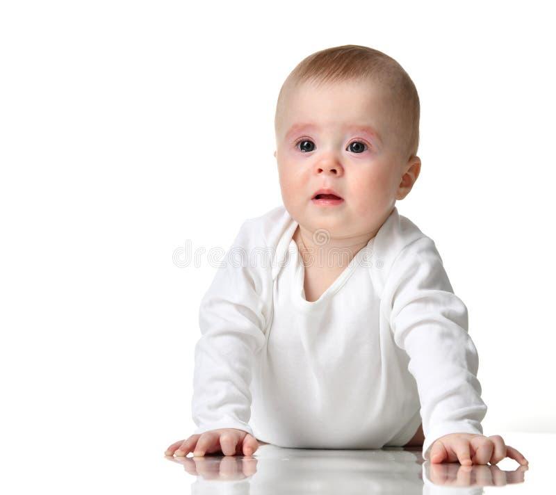 Dziecięcego dziecko dziewczynki berbecia wzburzony płacz w ciało koszula odizolowywającej na bielu obraz royalty free