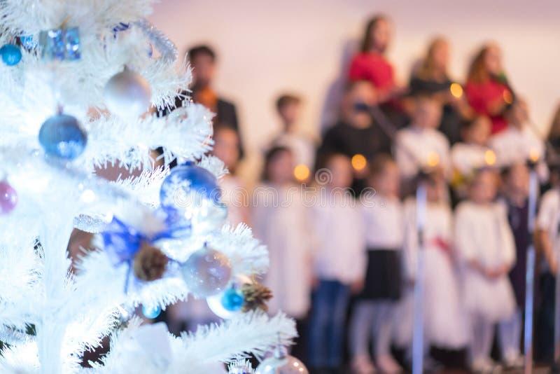 Dziecięcy chór noworoczny Choinka i chór dziecięcy Koncepcja świąteczna i noworoczna Niewyraźne obraz stock