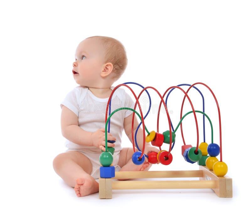 Download Dziecięcy Dziecka Dziecka Berbeć Stoi Drewnianego Educationa I Bawić Się Obraz Stock - Obraz złożonej z piękny, czerwień: 53793565