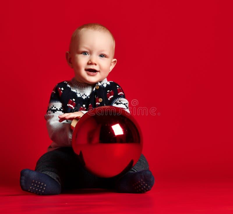 Dzieciństwo i ludzie pojęć - szczęśliwa mała chłopiec z piłką zdjęcie stock