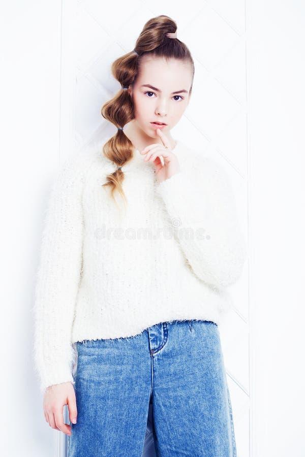 Dzieciństwo, moda i ludzie pojęć, - nastoletnia dziewczyna w przypadkowych ubraniach fotografia stock