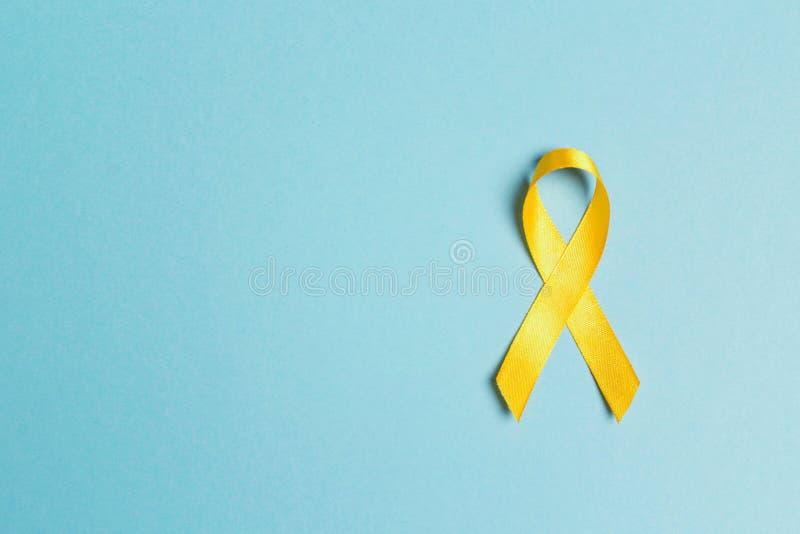 Dzieciństwo nowotworu świadomości Żółty faborek na błękitnym tle zdjęcie stock