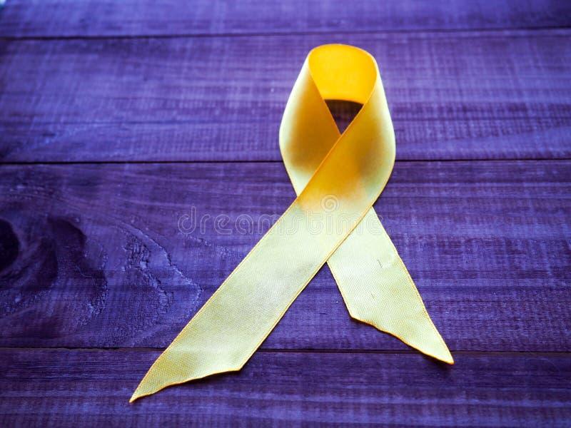 Dzieciństwo nowotworu dzień Żółty faborek na błękitnym tle zdjęcia stock