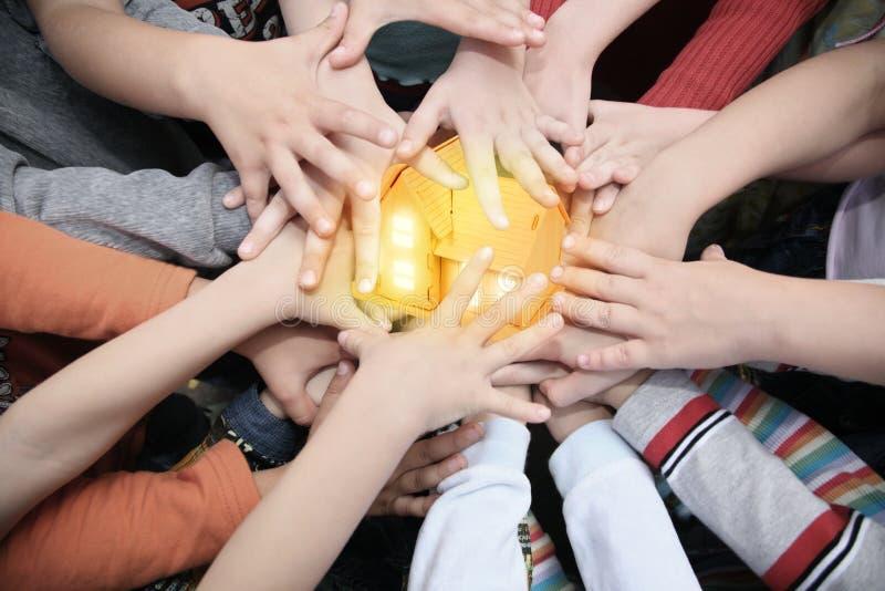 dzieci łączyć ręki dom wpólnie obrazy royalty free