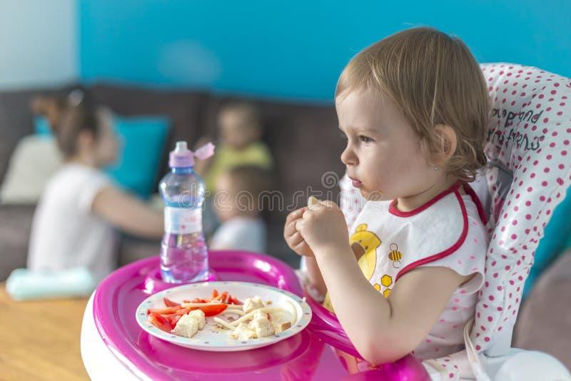 Dzieci śniadań pomidory z chlebem zdjęcia stock