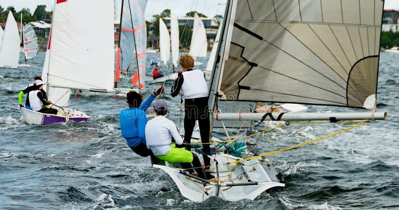 Dzieci Żegluje małe łódki i dinghies na słonej wodzie obrazy royalty free