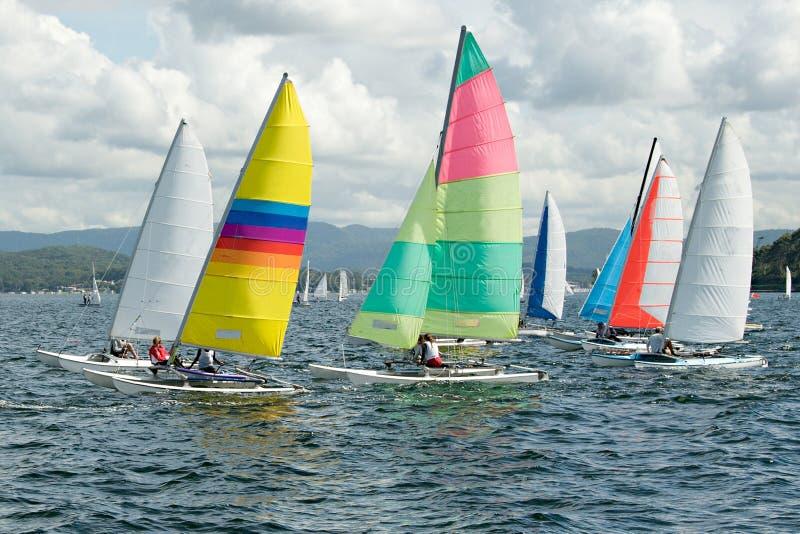 Dzieci Żegluje małe żaglówki z colourful żaglami na śródlądowej drodze wodnej obraz royalty free