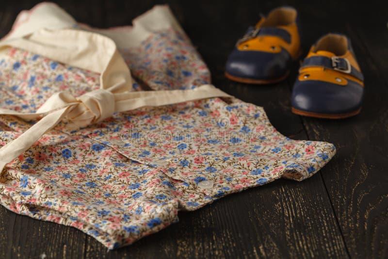 Dzieci akcesoriów tło: lekka kwiat suknia, buty dla półdupków i obrazy stock