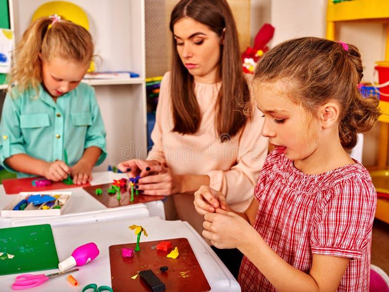 Dzieci angażują w modelarskiej glinie zdjęcie stock