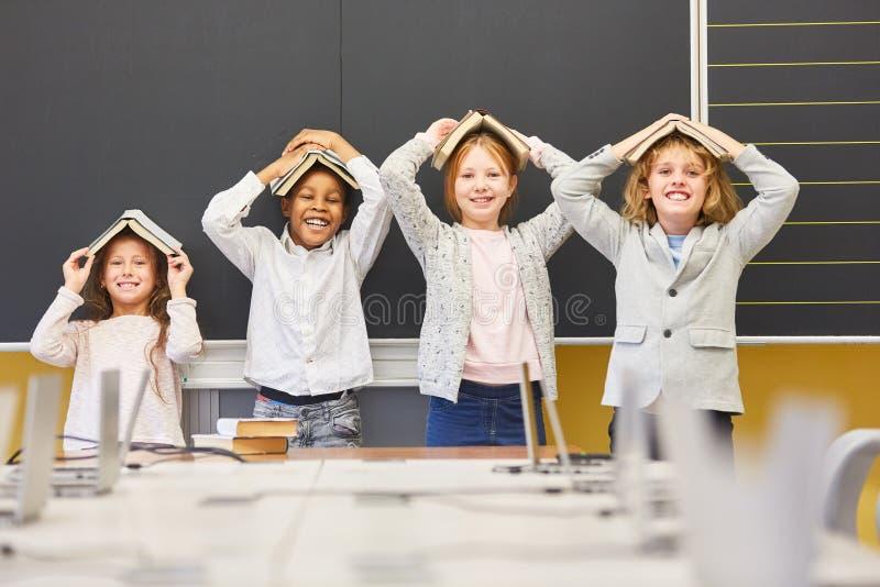 Dzieci błaź się wokoło z książkami fotografia royalty free