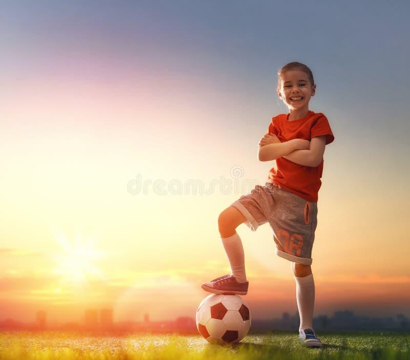 Dzieci bawią się futbolowi fotografia stock