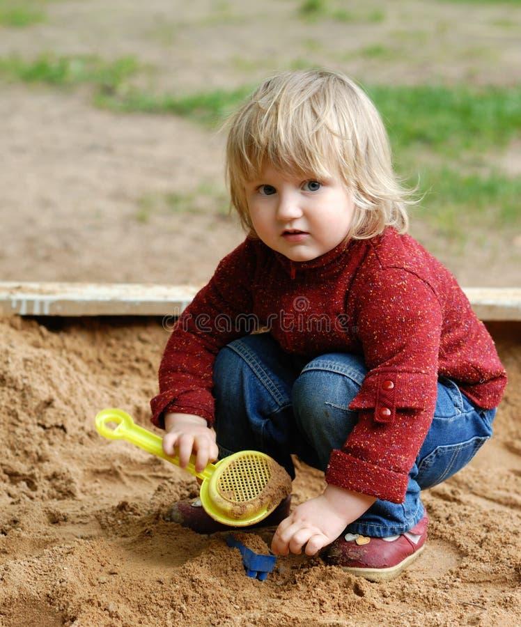 dzieci bawią się piasek zdjęcia royalty free