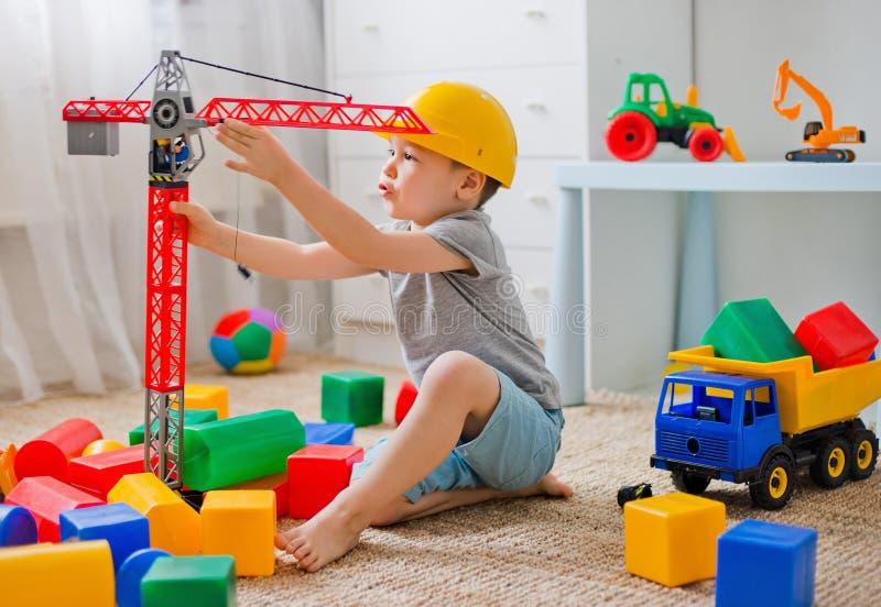 Dzieci bawią się w budowniczym w pokoju obraz royalty free