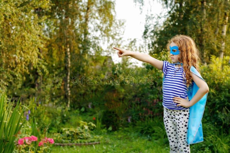 Dzieci bawią się w lato ogródzie fotografia royalty free