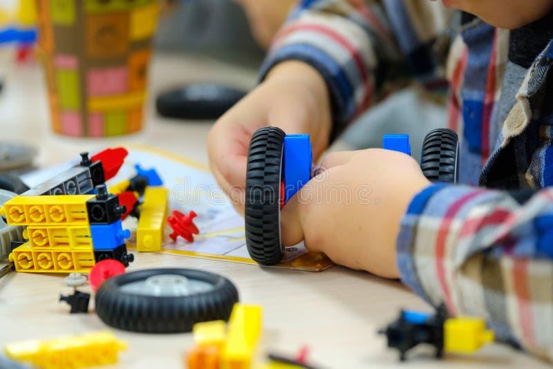 Dzieci bawią się z budowniczego zestawem fotografia royalty free