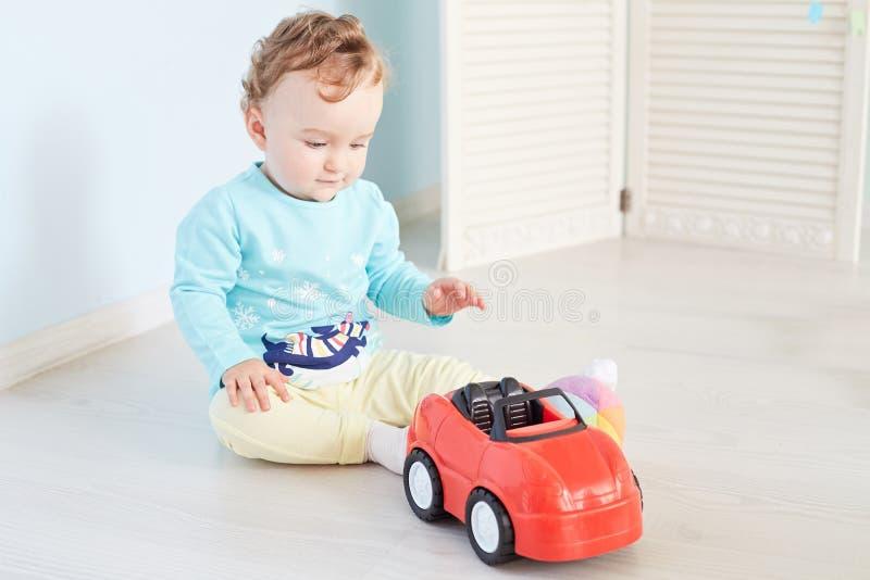 Dzieci bawią się z samochodem w studiu obrazy stock
