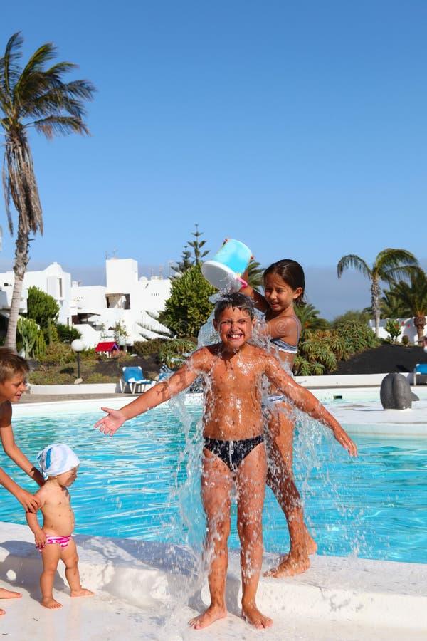 Dzieci bawić się blisko basenu zdjęcie royalty free