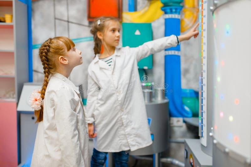 Dzieci bawić się lekarki w laboratorium, playroom zdjęcie stock