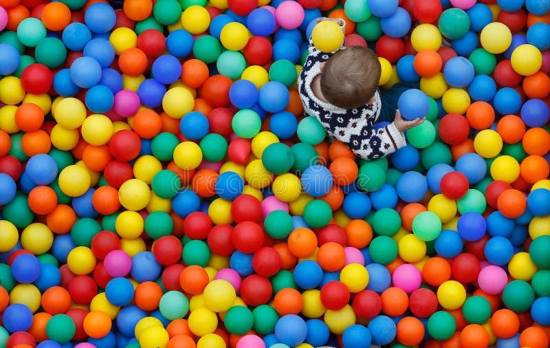 Dzieci bawić się na piłka basenie na rodzin aktywność wydarzeniu podczas lokalnych patronackich godów w palmie de Mallorca zdjęcia royalty free