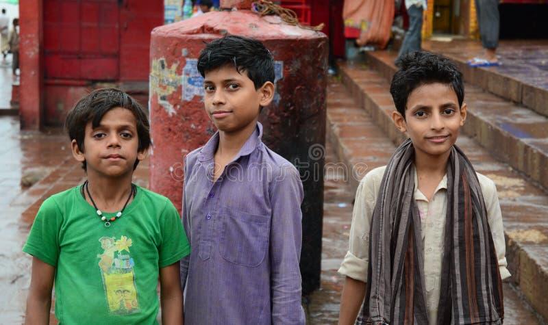 Dzieci bawić się na ulicie w Varanasi, India zdjęcia stock