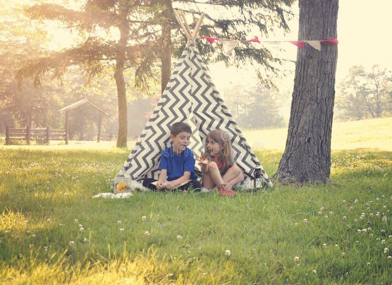 Dzieci Bawić się Outside w lato namiocie obraz royalty free
