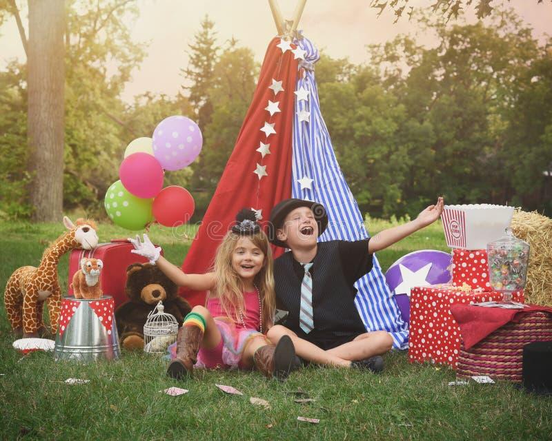 Dzieci Bawić się Outside z Partyjnym namiotem zdjęcia stock