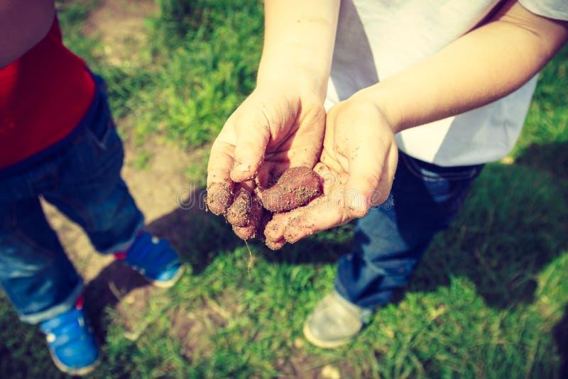 Dzieci bawić się plenerowego seans brudnego mącą ręki zdjęcia royalty free