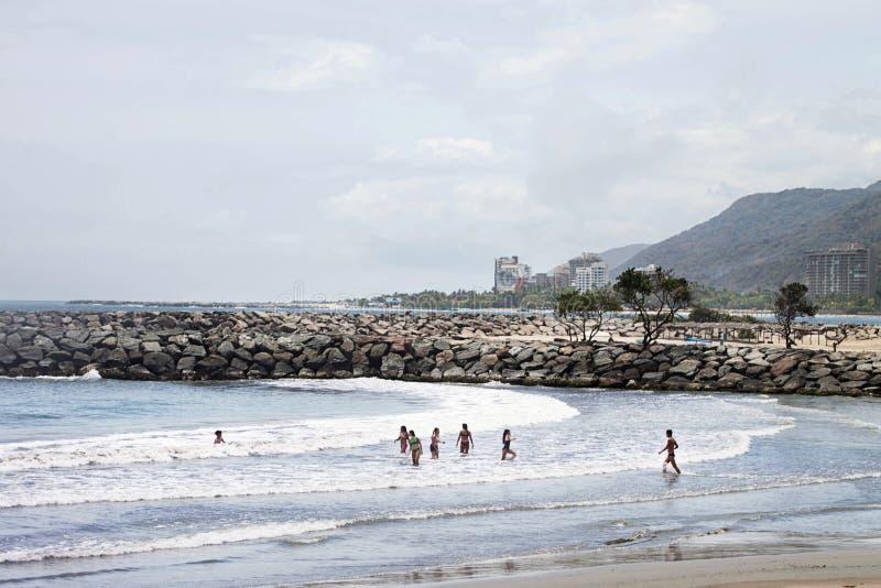 Dzieci bawić się podczas dnia przy plażą obrazy stock