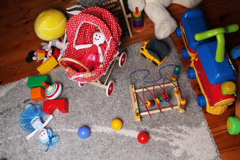 Dzieci bawić się pokój z zabawkami na podłoga obrazy stock