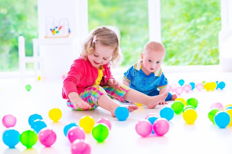 Dzieci bawić się przy opieką dzienną zdjęcie stock