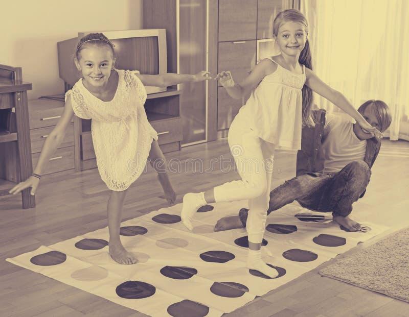 Dzieci bawić się skręcarkę w domu zdjęcie royalty free