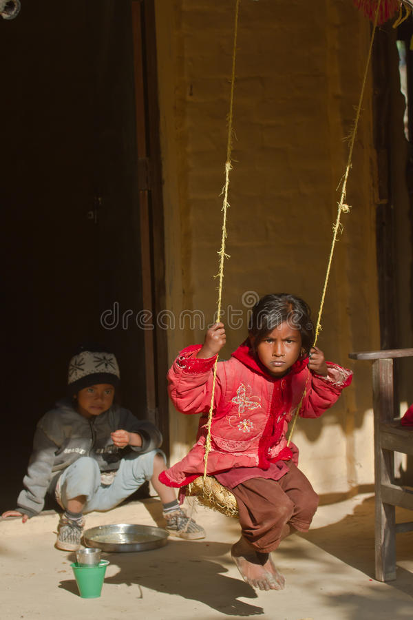 Dzieci bawić się w Bardia, Nepal obraz royalty free