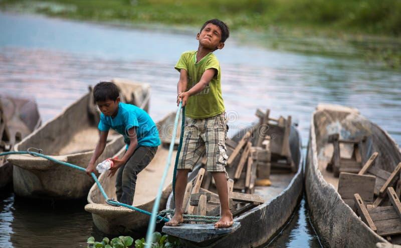 Dzieci bawić się w Chitwan parku narodowym, Nepal zdjęcia royalty free