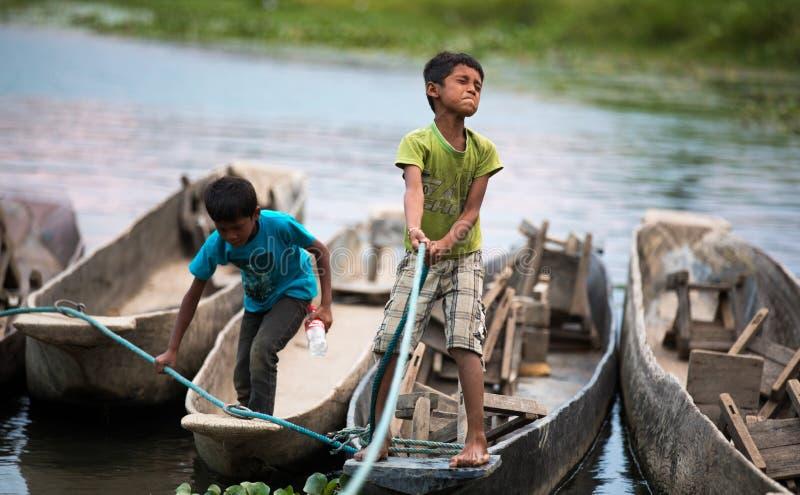 Dzieci bawić się w Chitwan parku narodowym, Nepal obrazy stock