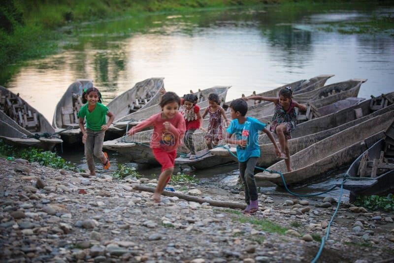 Dzieci bawić się w Chitwan parku narodowym, Nepal zdjęcie stock