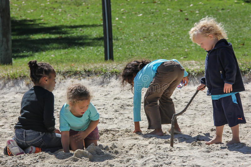 Dzieci Bawić się w piasku obrazy royalty free