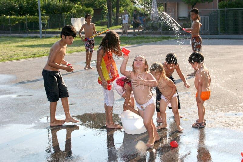 dzieci bawić się wodę fotografia royalty free