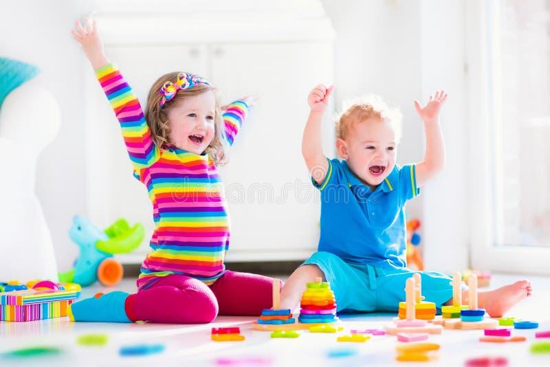 Dzieci bawić się z drewnianymi zabawkami obraz royalty free