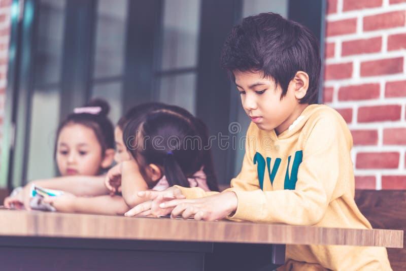 Dzieci bawić się z liczenie kartą w klasowym pokoju obraz royalty free