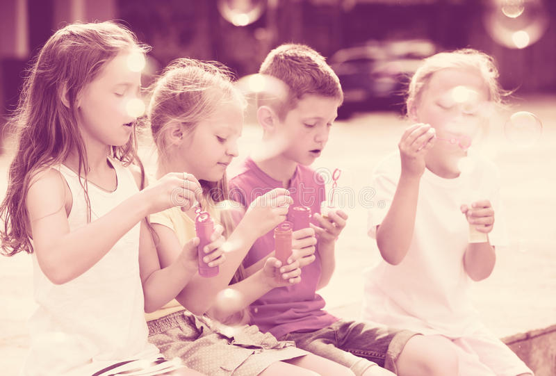 Dzieci bawić się z mydlanymi bubles zdjęcia royalty free