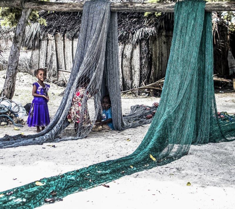 Dzieci Bawić się z Rybimi sieciami w Zanzibar obrazy royalty free