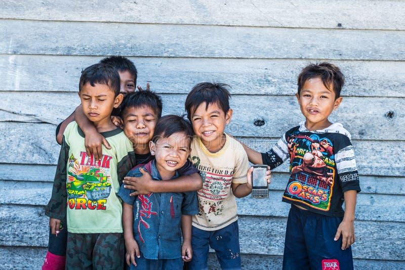 Dzieci bawić się z smartphone fotografia stock