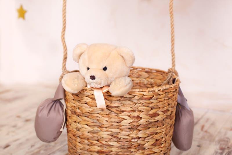 Dzieci bawi? si? z mokietu nied?wiedziem Dzieciak zabawki Misia pluszowego obsiadanie w balonowym koszu, aerostat retro teddy bea obrazy stock