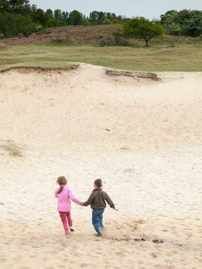 Dzieci biega w diuna krajobraz fotografia royalty free