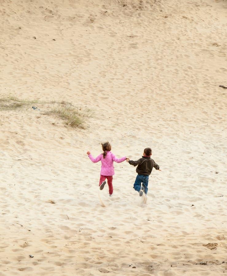 Dzieci biega w diuna krajobraz obrazy royalty free