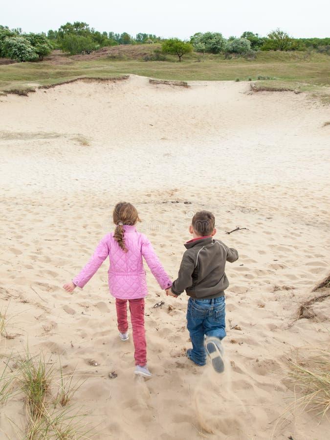 Dzieci biega w diuna krajobraz obraz royalty free