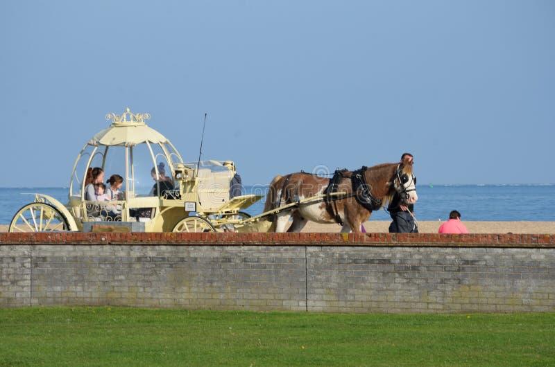 Dzieci bierze Cinderella karecianą przejażdżkę Wielkim Yarmouth nadbrzeżem fotografia royalty free